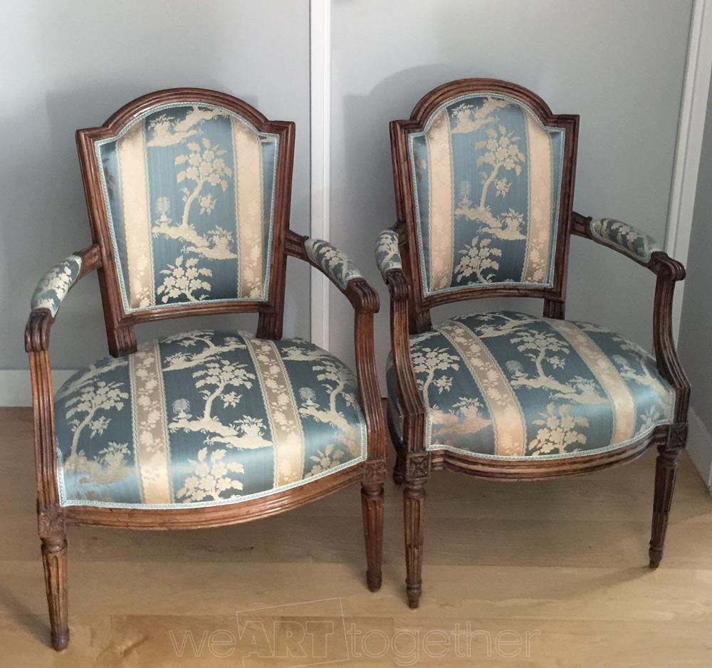 paire de fauteuils en cabriolet d 39 poque louis xvi en bois naturel luxueusement tapiss s de. Black Bedroom Furniture Sets. Home Design Ideas